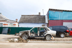 Vieille voiture démontée près d'atelier de voiture de pays image stock