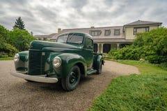 Vieille voiture dans des jardins de Reford, Québec photo stock