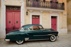 Vieille voiture dans la vieille ville de Mdina Photographie stock