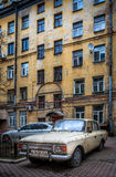 Vieille voiture dans le St Petersbourg, Russie Photos libres de droits