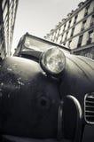 Vieille voiture dans une rue à Paris photographie stock