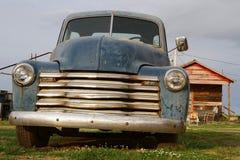 Vieille voiture dans une vieille plantation du Mississippi Images libres de droits