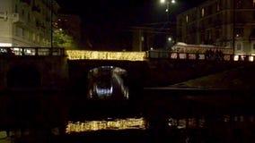 Vieille voiture de chariot sur le pont éclairé de Darsena, Milan, Italie banque de vidéos