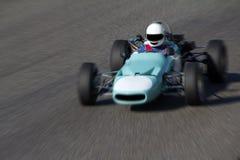 Vieille voiture de course sur un circuit Image stock