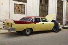 Vieille voiture de Cubain de jaune de vintage image stock