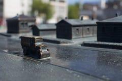 Vieille voiture de fonte miniature historique de scène photographie stock