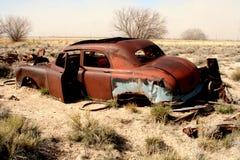 Vieille voiture de Kaiser dans le désert du sud de l'Utah photos libres de droits