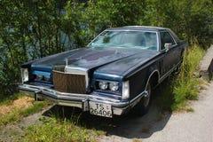 Vieille voiture de Lincoln Continental Mark V près de Lofthus, Norvège photographie stock
