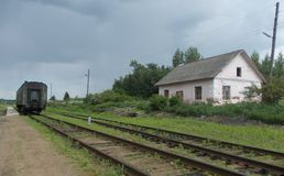 Vieille voiture de tourisme sur une station de train abandonnée Images libres de droits