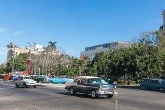 Vieille voiture des années '50 circulant à vieille La Havane Images libres de droits
