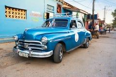 Vieille voiture des années 1950 dans la rue de Vinales Image libre de droits