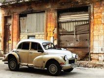 VIEILLE VOITURE DEVANT LA VIEILLE MAISON, LA HAVANE, CUBA Photographie stock libre de droits
