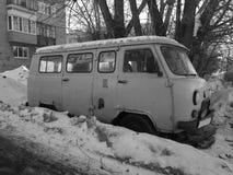 Vieille voiture non-travaillante dans la neige sous un arbre images libres de droits