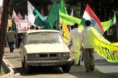 Vieille voiture par le côté d'un rassemblement de jour de Quds en Iran Photo libre de droits