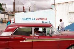 Vieille voiture passant le connexion Cuba de propagande Images stock