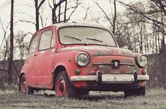 Vieille voiture rose intéressante avec le rétro effet Image stock
