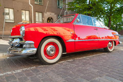 Vieille voiture rouge de Ford Custom Deluxe Tudor images stock