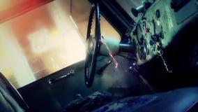 Vieille voiture rouillée cassée sur détruire la cour banque de vidéos