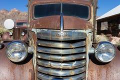 Vieille voiture rouillée dans le désert au Nevada Photo libre de droits