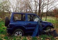 Vieille voiture se tenant dans la forêt Photo stock