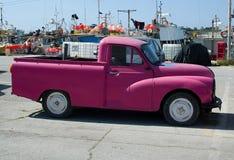 Vieille voiture violette dans Marsaxlokk photographie stock libre de droits
