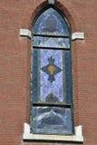 Vieille vue abandonnée d'église des fenêtres en verre teinté endommagées images stock