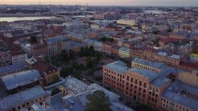 Vieille vue de clou de ville centrale, vue aérienne de soirée d'été de St Petersburg, Russie banque de vidéos
