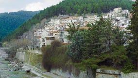 Vieille vue de colline de ville de Xanthi, Grèce des maisons par la rivière de Kosynthos banque de vidéos
