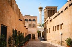 Vieille vue de Dubaï avec la mosquée, les bâtiments et la rue Arabe traditionnelle Voisinage historique d'Al Fahidi, Al Bastakiya image stock