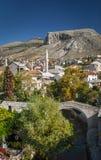 Vieille vue de maisons et de mosquée de ville à Mostar Bosnie Images stock
