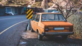 Vieille vue de rue de stationnement de voiture images libres de droits