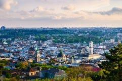 Vieille vue de soirée de ville de Lviv Image libre de droits