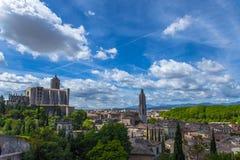 Vieille vue de ville de Gérone avec les montagnes vertes et le ciel bleu avec des nuages Images libres de droits