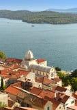 Vieille vue de ville de Sibenik avec St James Cathedral et baie, Croatie Photo stock
