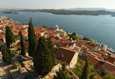 Vieille vue de ville de Sibenik avec St James Cathedral et baie, Croatie Photographie stock