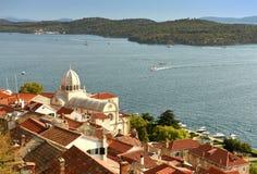 Vieille vue de ville de Sibenik avec St James Cathedral et baie, Croatie Images stock
