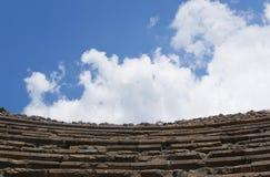 Vieille vue ronde typique d'escaliers sous le ciel bleu Image libre de droits