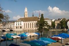 vieille vue Zurich de ville de fleuve de bateaux images stock