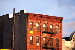 Vieilles échelles de délivrance de sortie de secours de fer à de vieilles maisons Images libres de droits