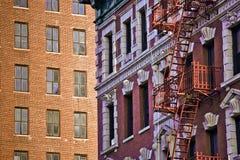 Vieilles échelles de délivrance de sortie de secours de fer à de vieilles maisons Images stock