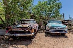 Vieilles épaves de voiture à l'épicerie générale de Hackberry Photos libres de droits