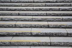 Vieilles étapes en pierre et amener une allée foncée Images libres de droits