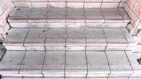 Vieilles étapes en pierre marron couvertes de graphite avec des éraflures et des fissures Photo libre de droits