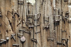 Vieilles agrafes dans un Pôle en bois Photo libre de droits
