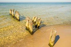 Vieilles aines en mer baltique avec le ciel bleu Images stock