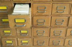 Vieilles archives avec des tiroirs Images stock
