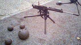Vieilles armes à feu de guerre et boules de canon Images stock