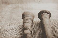 Vieilles battes antiques en bois s'étendant sur la toile de jute Pièce pour la copie Photos libres de droits