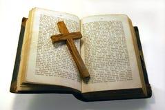 Vieilles bible et croix Photo stock