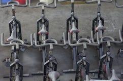 Vieilles bicyclettes stationnaires abandonnées dans un hangar Images libres de droits